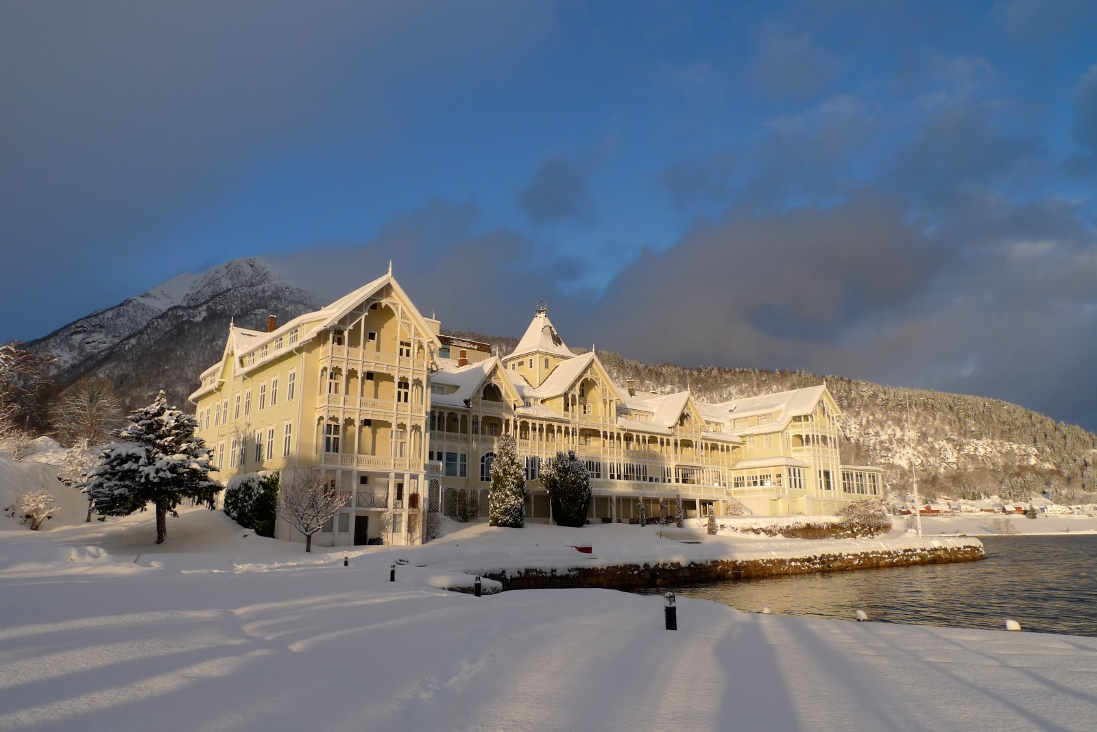 Christmas snow in Balestrand. Photo courtesy of my friends at the Kviknes Hotel.