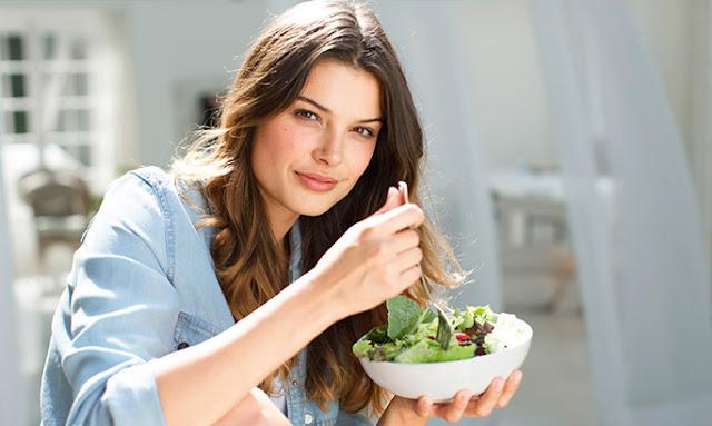 Νεαρή γυναίκα κρατάει πιάτο με σαλάτα - Συμβουλή ειδικού 3 Δημοφιλείς δίαιτες αποκωδικοποιούνται