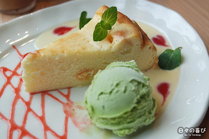 zoom sur une part de cheesecake et sa boule de glace au matcha