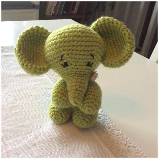 En virkad liten grön elefant. Amigurumi