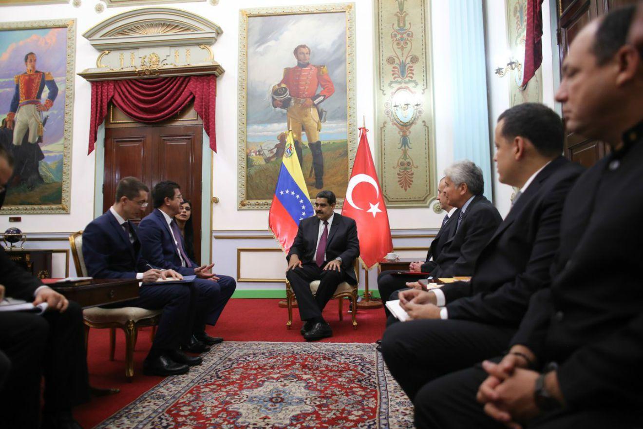 https://3.bp.blogspot.com/-nWImXt1v2P8/WmfUixLW1qI/AAAAAAAA6XA/TdYYyjIFyfQzah4cHj11RTWwgXUwAfsXwCLcBGAs/s1600/Presidente-Maduro-y-delegacion-turca.jpg