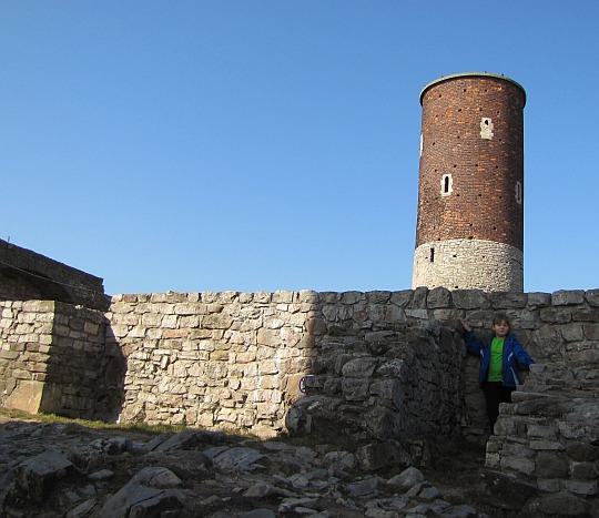Przy murach pomieszczeń mieszkalnych na zamku górnym