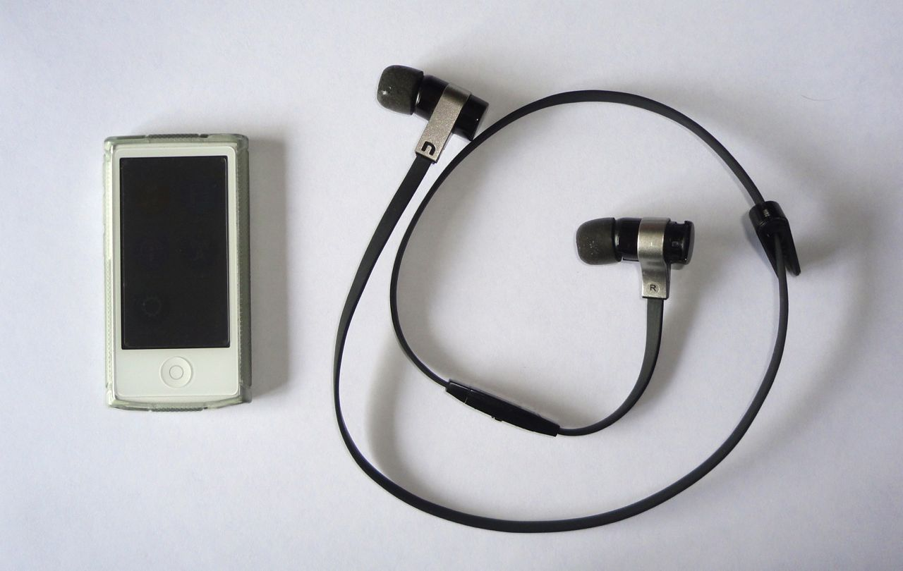 after the second generation ipod apple abandoned the lanyards i imagine they got fed up with warranty replacements some case manufacturers provided  [ 1280 x 810 Pixel ]