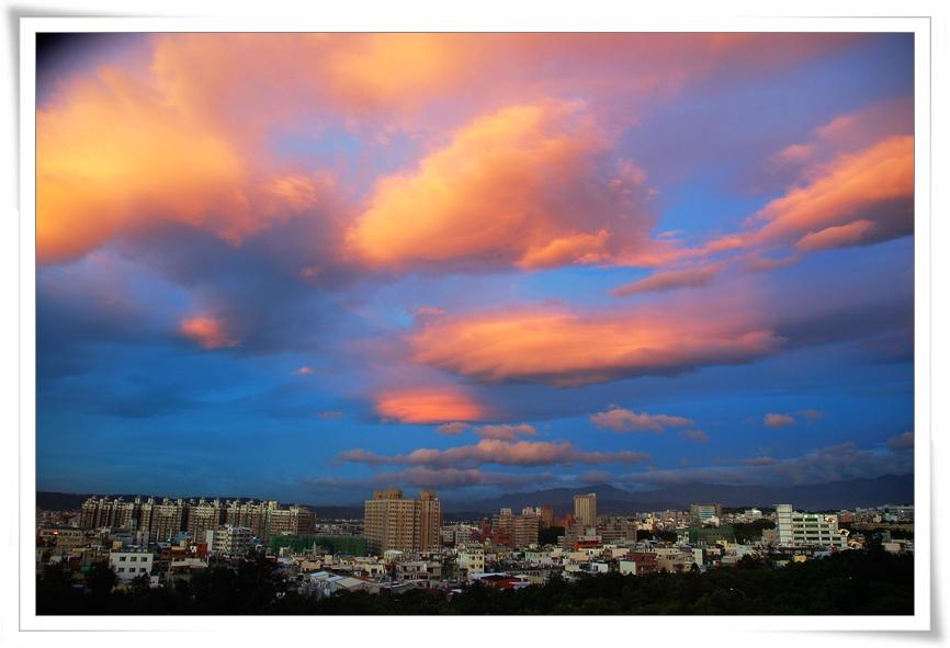小孩愛大樹: 颱風來臨前的橘色雲 & 颱風來時天空的顏色