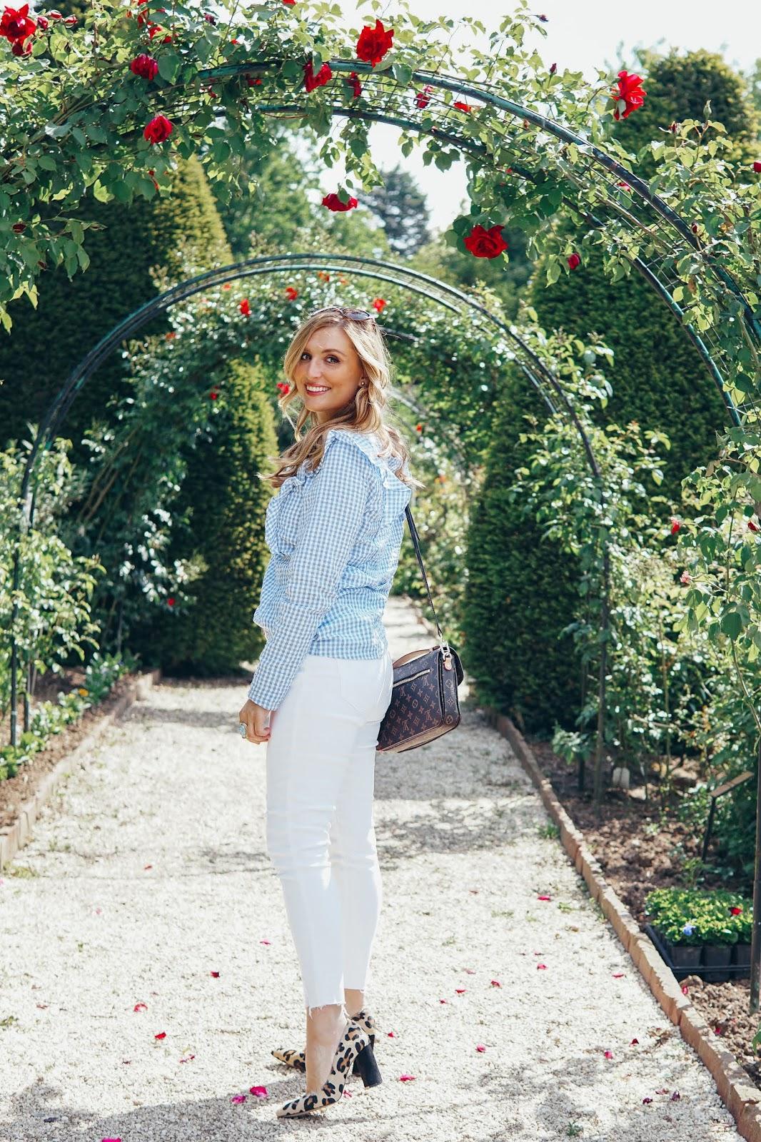Weiße-Jeans-karobluse-Louis-Vuitton-Metis-straße