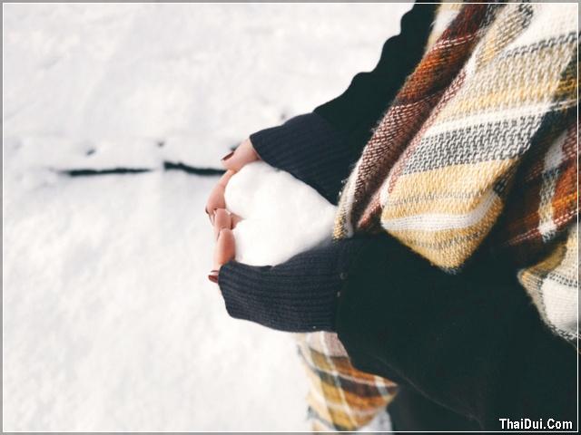 ảnh cô gái ôm tuyết trắng hình trái tim