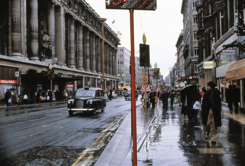 50 Fascinating Color Photos That Capture Street Scenes of London in the 1980s