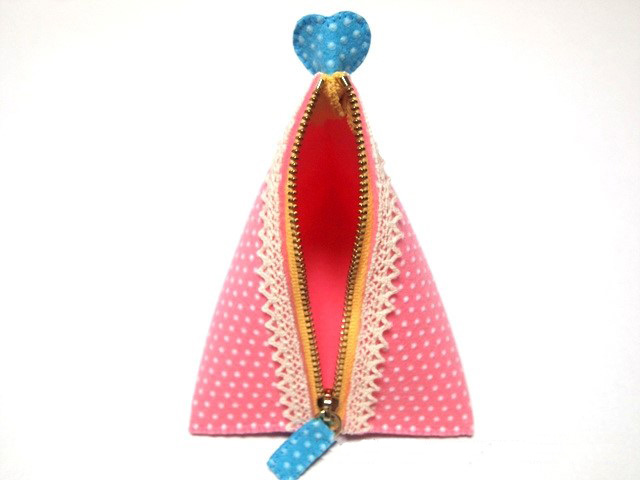 How to Sew Triangle Pouch Tutorial. Photo Sewing Tutorial.