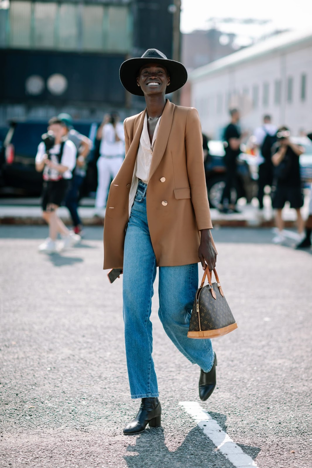 23 Best Camel Blazers To Elevate Your Fall Outfits – Street Style Straight Leg Denim Look