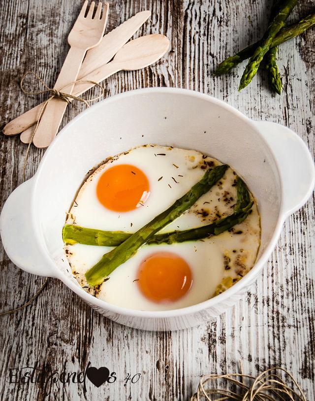 Cazuelita de huevos con espárragos verdes