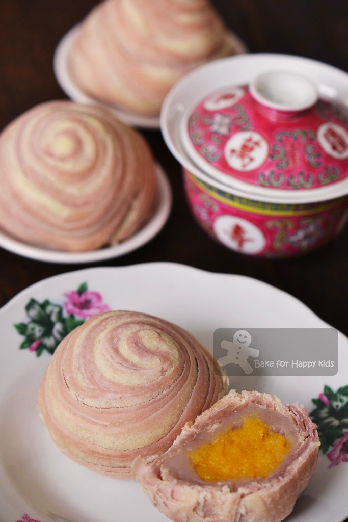 flaky swirl yam taro mooncake with custard filling