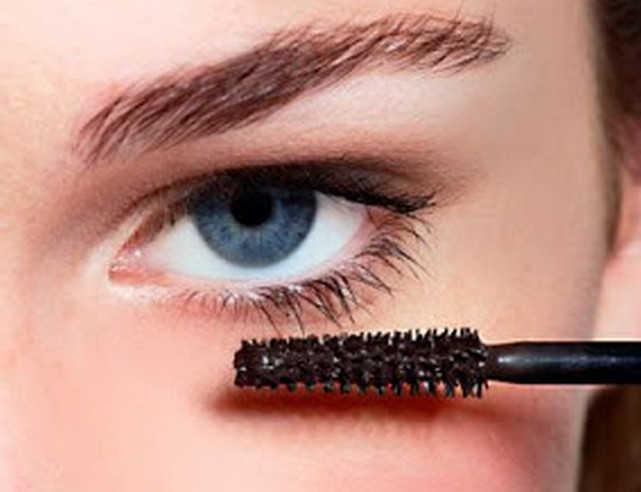 Menggunakan maskara di bulu mata bawah - 8 Tip Cara Memakai Maskara Berwarna Agar Tidak Tebal dan Menggumpal