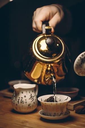 O chá verde é uma bebida feita a partir de uma planta chamada Camellia sinensis, como alguns outros chás: chá preto, chá branco e oolong. O chá verde é rico em antioxidantes que proporcionam benefícios para o cérebro, queima de gordura, previne o câncer, entre outro benefícios.
