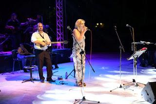 Η Ρίτα Αντωνοπούλου στη σκηνή τραγουδάει