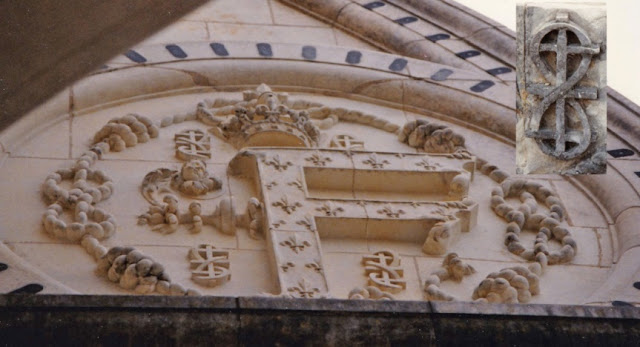Un grand médaillon portant un F, à  Chambord.