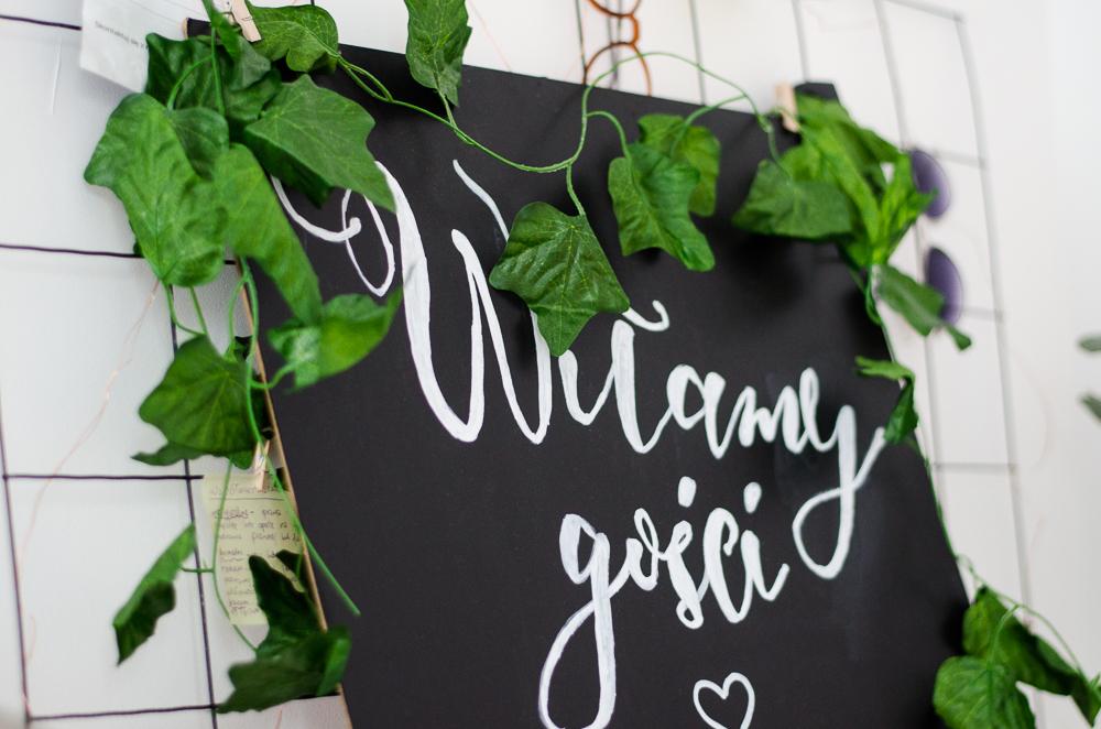 Rustykalna tablica kredowa na powitanie gości weselnych rodem z Pinterest DIY