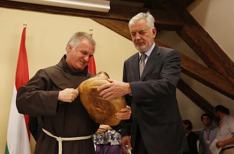 Böjte Csaba áldja meg az új kenyeret a Mesterségek Ünnepén