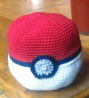 http://translate.google.es/translate?hl=es&sl=en&tl=es&u=http%3A%2F%2Ftokyotombola.wordpress.com%2F2011%2F10%2F24%2Fcrochet-pattern-pokeball-apple-cosy%2F