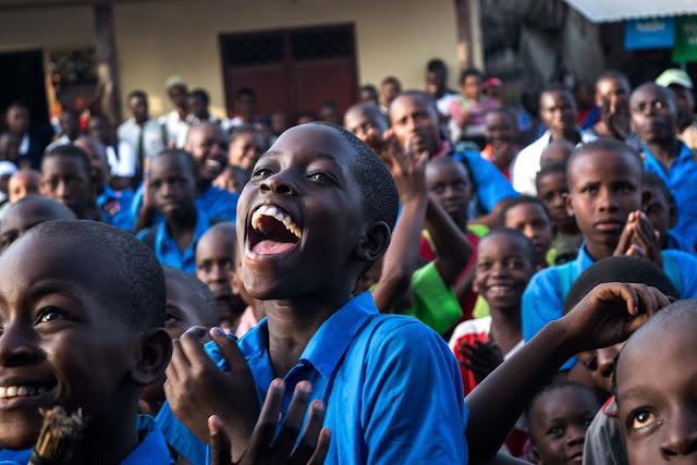 niño negro cantando en la escuela