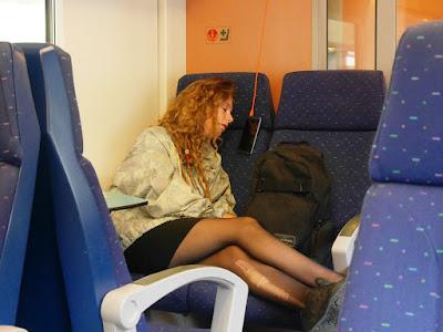 une fille dort dans le train