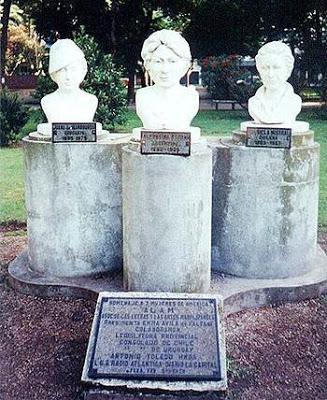 Foto de los bustos de Gabriela Mistral con Juana de Ibarbourou y Alfonsina Storni