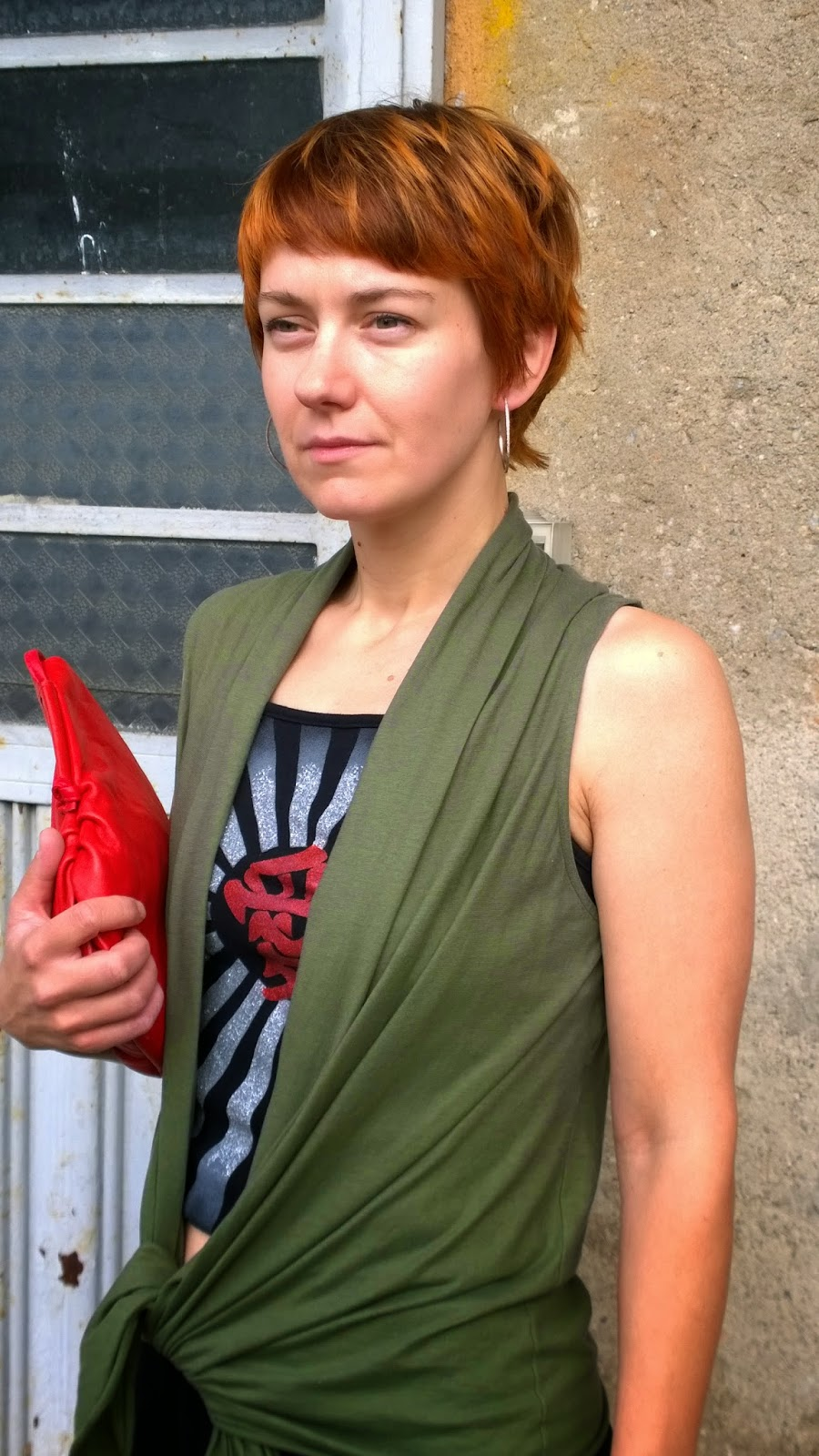 Casual, funky outfit - Knotted sleeveless vest, short top with print, red bag || Funky Jungle - mindful fashion & quirky personal style blog