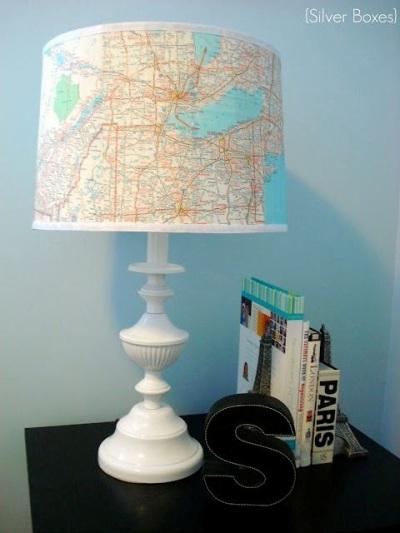 Lampu meja jadi tampak lebih cantik dengan dilapisi peta seperti ini.