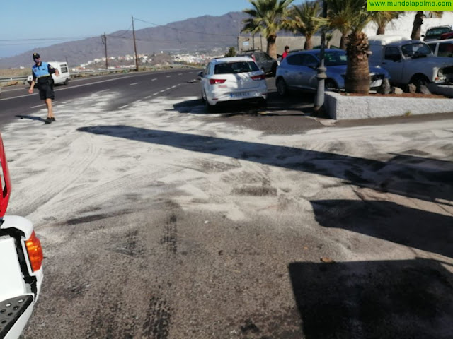 Los Bomberos intervienen en un derrame de aceite en El Paso