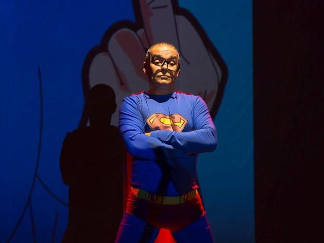 """""""Anti-Comics: desconstruindo os super-herois"""" é uma paródia, que busca, por meio do humor irônico, pôr em xeque mitos e levar o público a refletir sobre teorias filosóficas relacionadas aos super-heróis.(Foto: Divulgação)"""