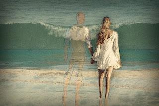 mulher e fantasma de homem de mãos dadas na praia