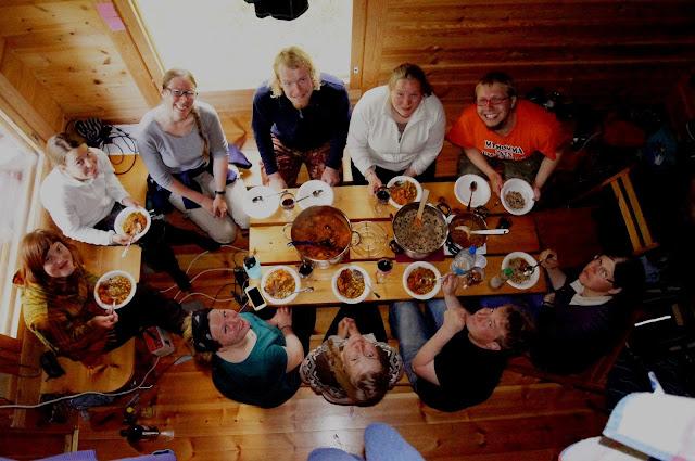 10 henkeä kuvattuna ylhäältäpäin pikkuriikkisen ruokapöydän ympärillä