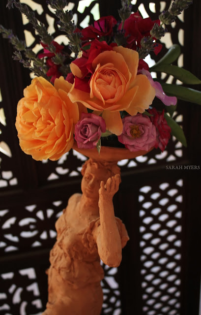 sculpture, art, flowers, flower, sarah, myers, escultura, arte, flores, home, interior, casa, house, screen, tiles, bright, roses, rosas, lavender, bougainvillea, interiores, desert, terracotta, contemporary, figurative, woman, bowl, living, real, decor, deco, close-up, detail, bright, yellow, gold, pink, purple, orange, red, bouquet, arrangement