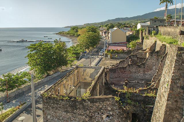 Ruines faisant face à la rade de Saint-Pierre
