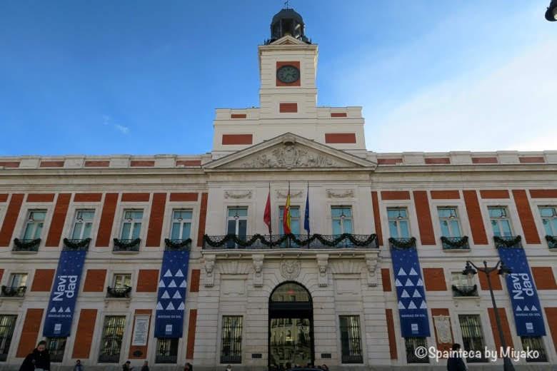 Real Casa de Correos Madrid スペインにあるクリスマス時期のソル広場のマドリード自治州建物