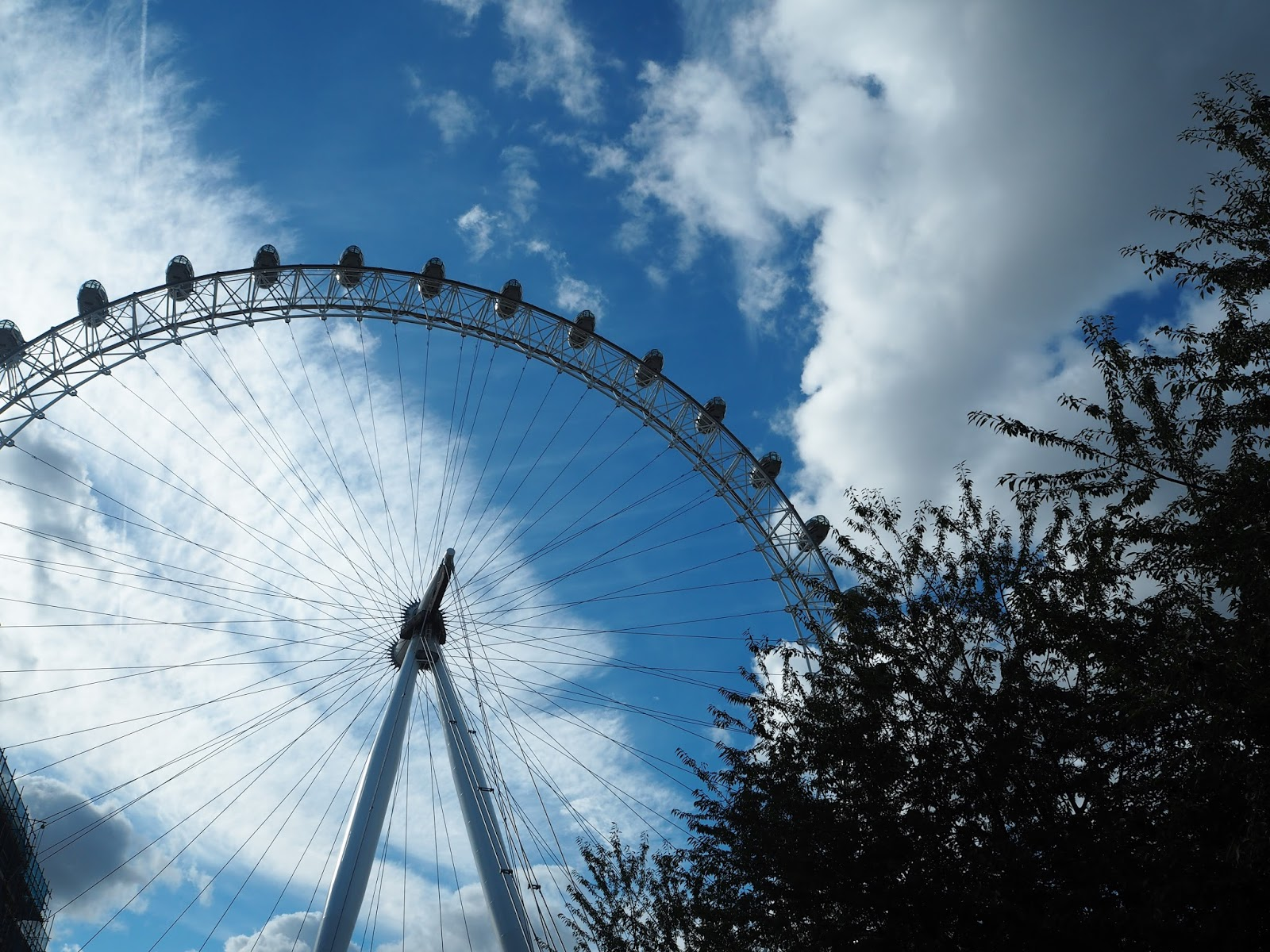 The London eye, Blue sky