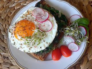 zdjęcie: grzanka  jajkiem i szpinakiem