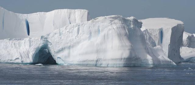 Uma enorme borda de gelo cerca as águas da Terra