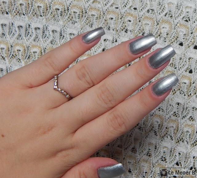 unhas com esmalte prata