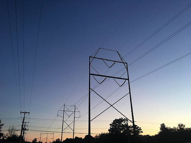 800px-High_Voltage_Wires_and_pylons.jpg