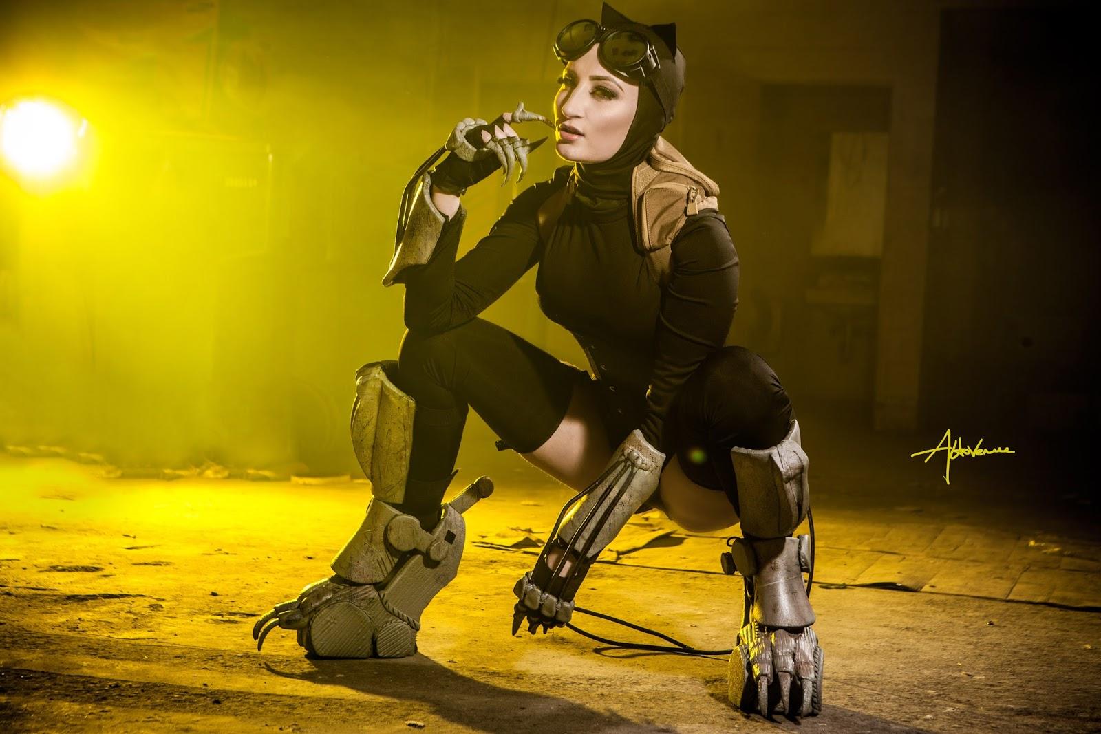 Holly Wolf Pakai Baju Catwomen Seksi pose ngangkan siap di entot