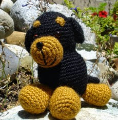 http://translate.googleusercontent.com/translate_c?depth=1&hl=es&rurl=translate.google.es&sl=en&tl=es&u=http://freepatternsbyh.blogspot.com.es/2014/08/rottweiler-amigurumi-pattern.html&usg=ALkJrhgh83xo2qI7wQ-qsLe91GuXC3ACFQ