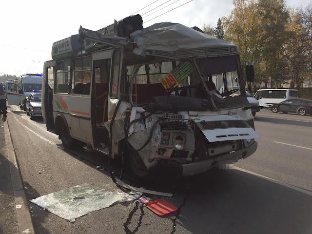 Автобус ПАЗ протаранил Нефаз, который снёс остановку