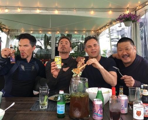 Robert Downey Jr divulga foto dos bastidores de Vingadores 3: Guerra Infinita