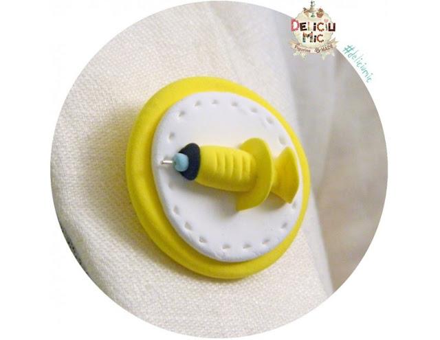 broșă seringă galbenă