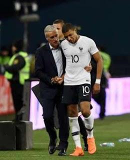 Foto Kylian Mbappé dengan Pelatih Didier Deschamps