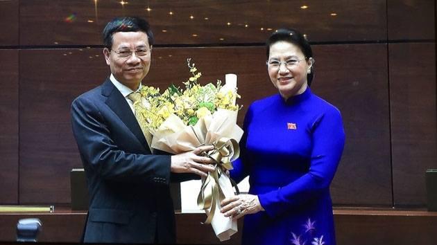 Chủ tịch Quốc hội Nguyễn Thị Kim Ngân tặng hoa chúc mừng Bộ trưởng Thông tin