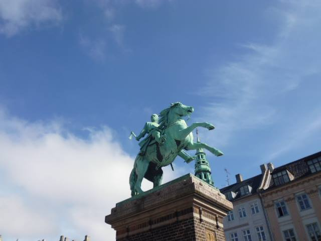 Estatua del obispo Absalón en la Plaza Hojbro Plads (Copenhague)
