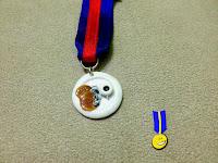 Foto medalla de fimo de tres tortitas con nata y sirope de chocolate rematado con café