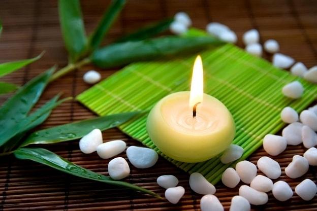 شمعة مضاءة للراحة النفسية والهدوء