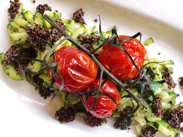 Zucchinisalat mit Ofentomaten und Quinoatopping